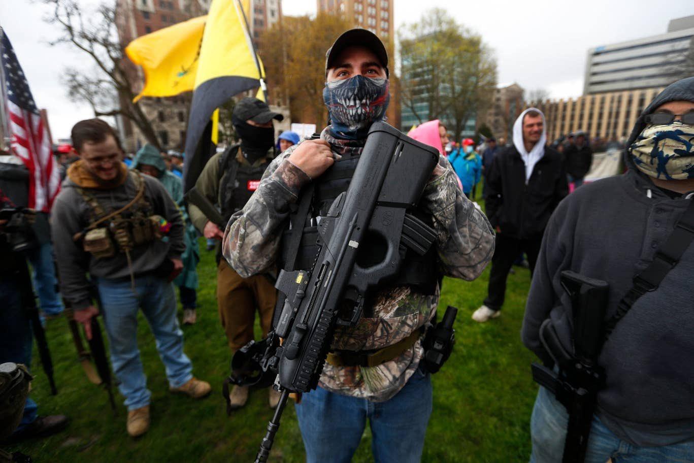 正开会呢,抗议者持枪冲进议会大厦