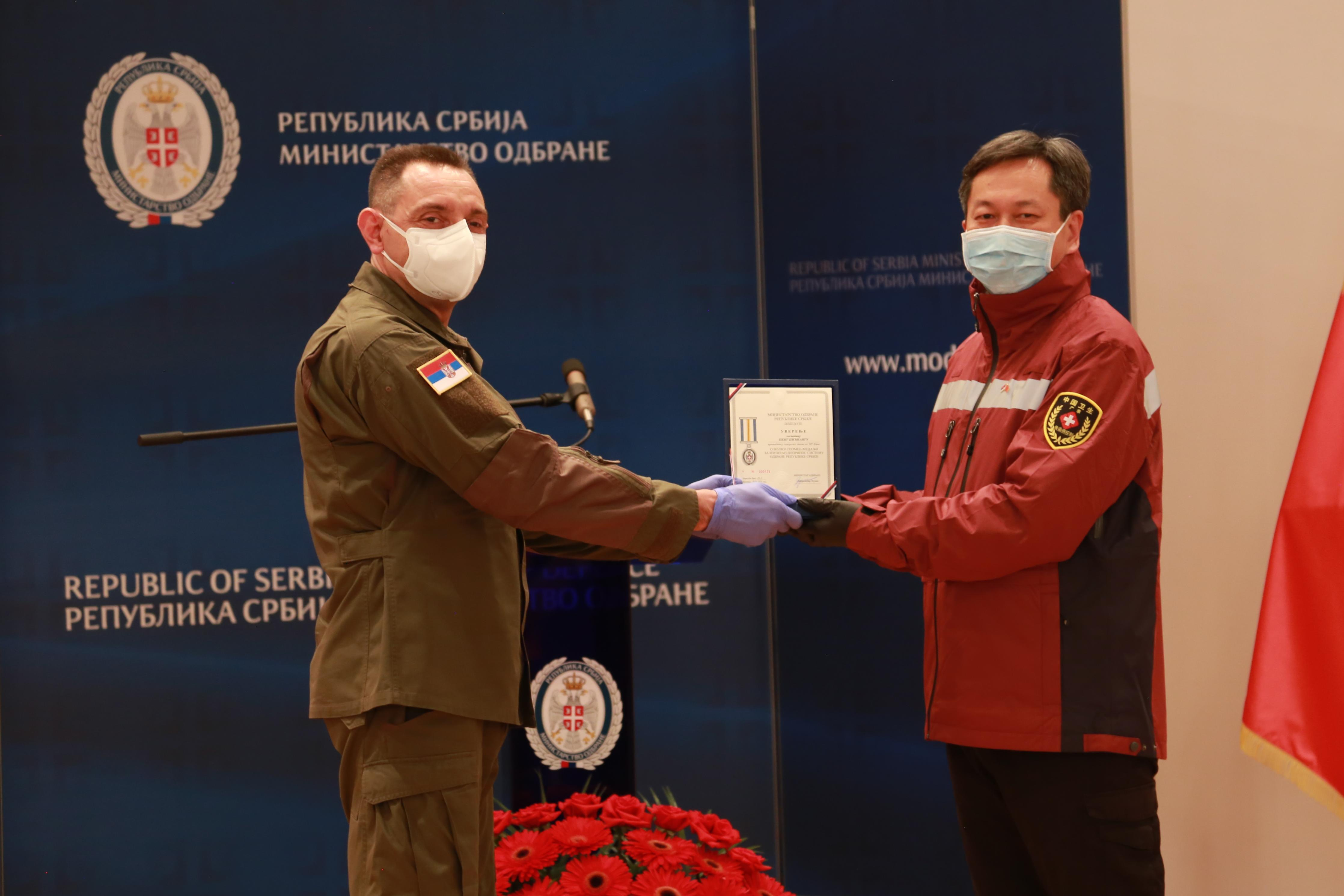 柬埔寨为中国军事医疗专家组授勋