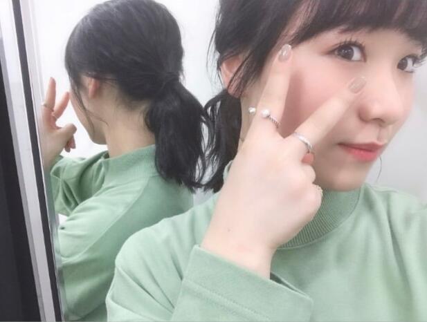 原创伊藤美诚对镜自拍!妆容精致气质成熟,做美甲比剪刀手戒指抢镜