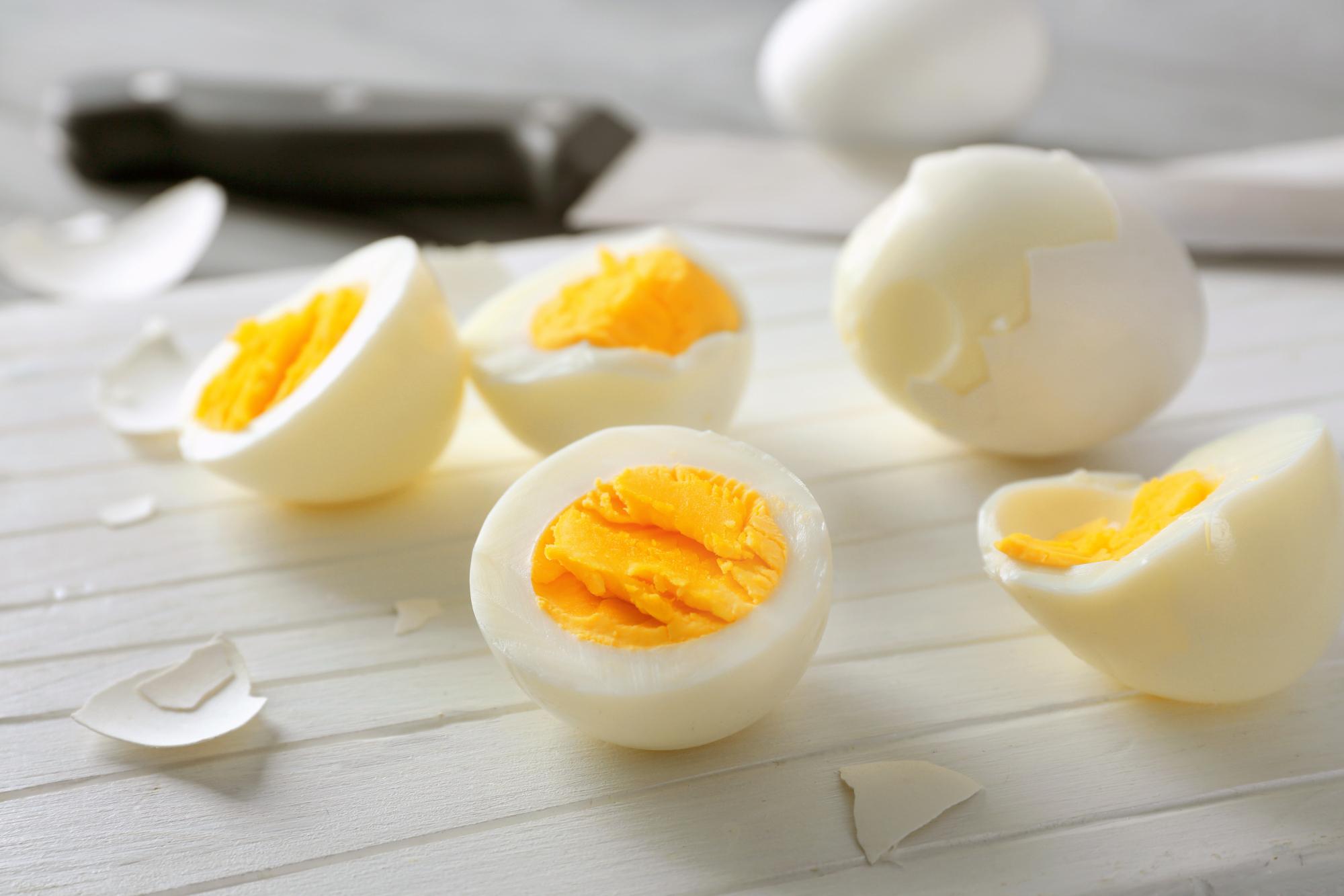 煮鸡蛋时,用上2个小妙招,蛋壳一碰就掉,单手就能剥开,特干净