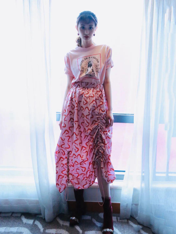 春夏衣服千千万,T恤配裙最好看!