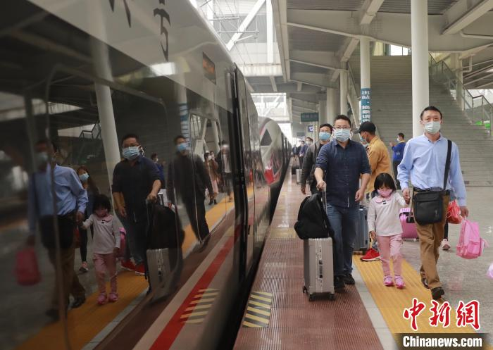 南宁局迎来客流高峰 恢复或增开71趟动车组列车