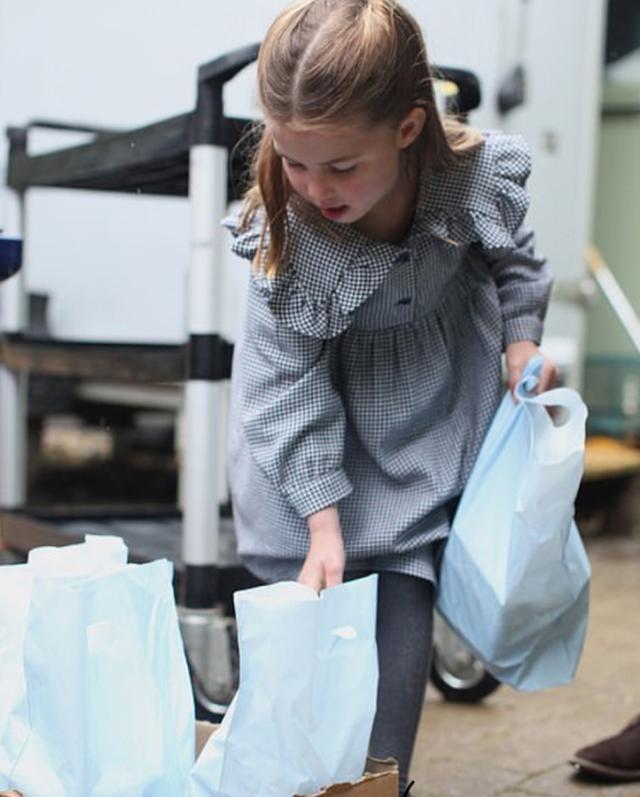 原创 小公主5岁了!英国王室发布夏洛特新照片,照片是妈妈凯特拍的