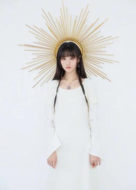 原創鄭爽美出新高度,穿白T恤配銀短裙真時髦,馬尾辮成辮太有少女感