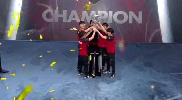 外国解说和网友热议JDG夺冠:世界第一上单Zoom,LvMao大招太秀了