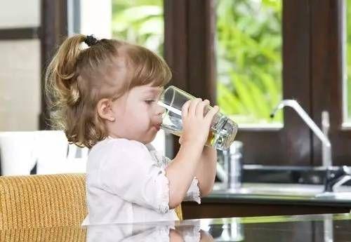 """妈妈不要无节制给宝宝""""喂水"""",会伤害到宝宝,你家孩子喝对了吗"""