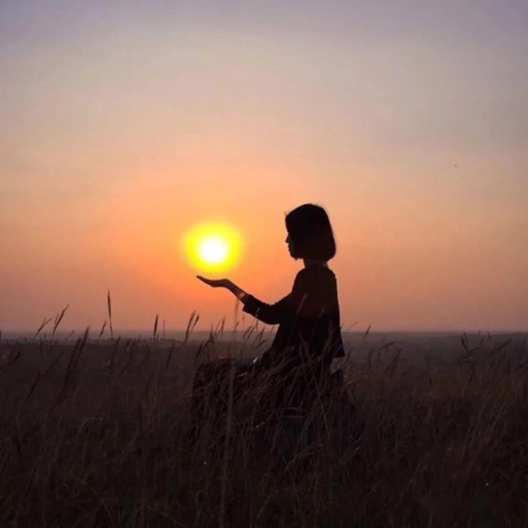 夕阳手牵手背影