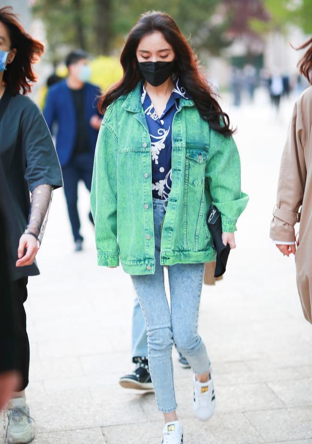 """杨幂时尚感可真强,""""蓝绿""""撞色穿出高级感,身材好穿啥都好看"""