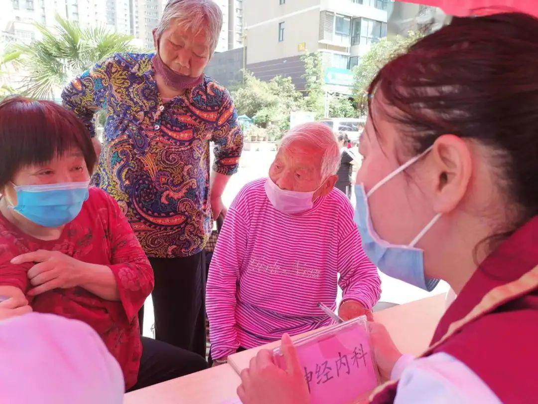 义诊、宣讲、免费体检、系列优惠…郑医南部院区向劳动者献礼啦!