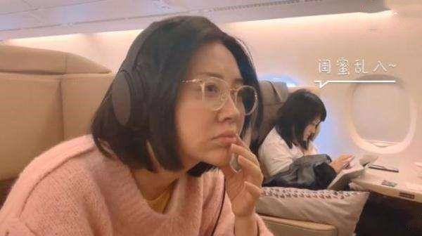原创许晴卖萌装嫩也是有资本,看她飞机上的素颜照,哪里像50多岁?