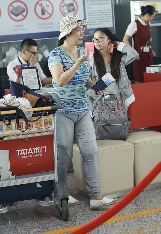 吕丽萍真人也太配资公司 了吧,裤子小成这样也不换个舒服的,真节约