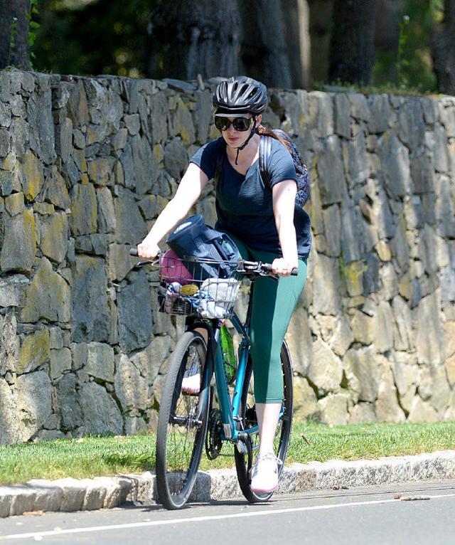 [骑单车]骑单车暴露小粗腿!晒旧照怀念曾经自己?,安妮·海瑟薇身材发福