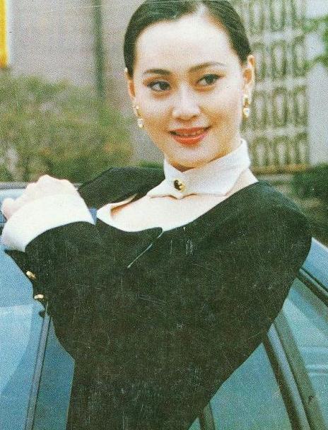 『眼影』一袭黑裙配红眼影,尽显东方韵味,58岁大宋佳依然霸气到位