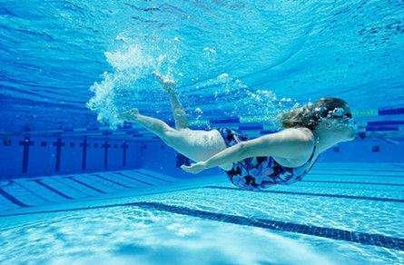 唐艺昕晒泳照,表示孕期最爱的运动是游泳,网友吐槽:心真大!