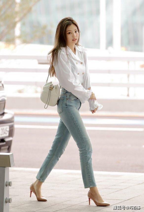 jennie自拍太养眼!白色一字肩搭配牛仔裤,简约穿搭尽显时髦感