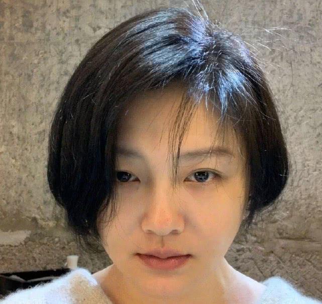 原创44岁大S有颜任性,竟用素颜短发照做头像,嘴唇很干但肤质一流