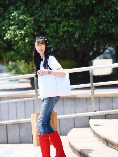 原创郑爽的衣品太难懂,穿红色雨靴录节目,头戴五毛钱发卡重温泫雅风
