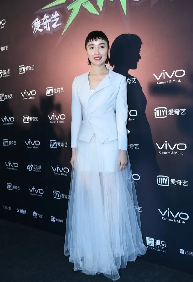 原创吴越老被吐槽打扮土,当她穿上收腰裙,这纤腰腿长真比不上!