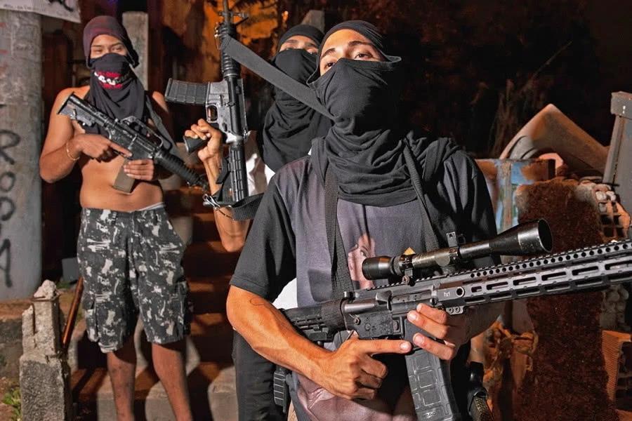 墨西哥毒枭千金,真枪实弹护送下,给社区穷人送物资