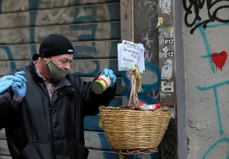 意大利的黑手党,听了教父的号令,施舍食物笼络人心。