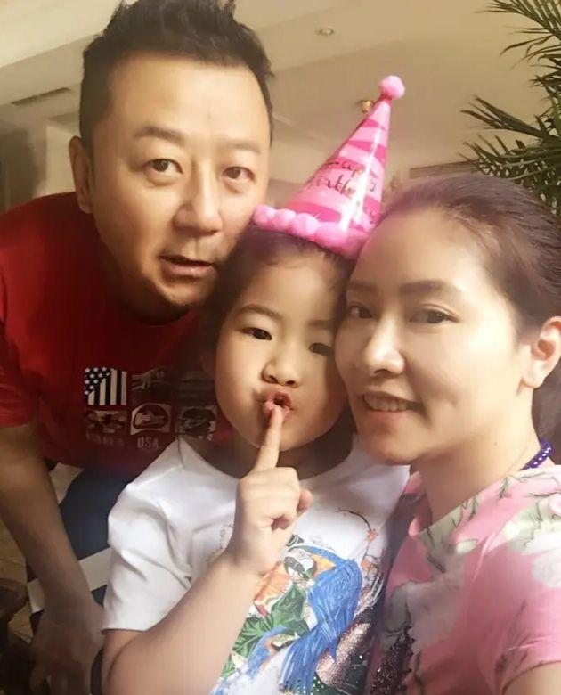 原创郭涛妻子鲜少露面,穿着朴素典型小女人,但比很多女星都有气质!
