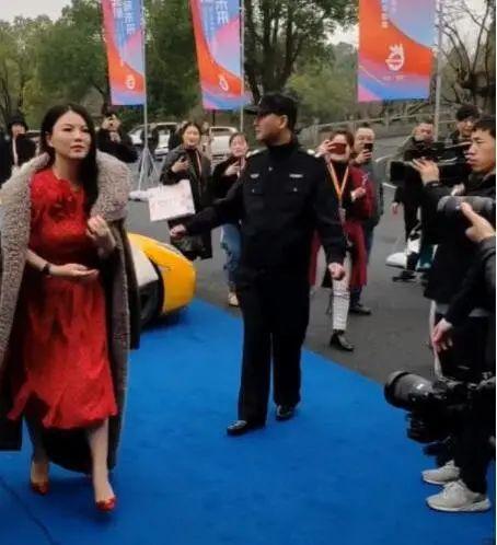 李湘现身健身馆,不穿珠光宝气的皮草,接地气的样子网友都夸美!