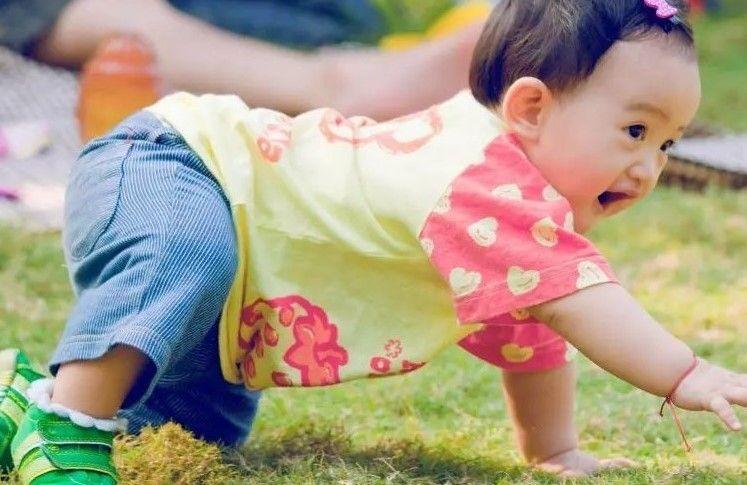 """原创孩子迟迟不会走路,让父母很心急,盲目""""锻炼""""孩子不可取"""
