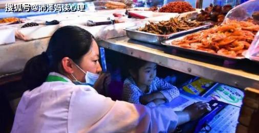 7岁女孩在集贸市场学习,父母用案板撑起生活与孩子的未来