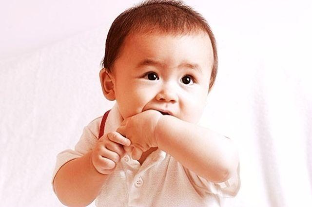 孩子吃手好处多,但在这两个年龄还在吃,家长该干预了