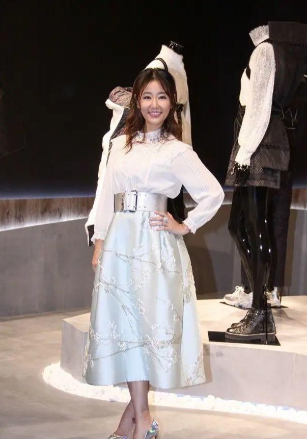 原创少女感真可以装出来,王琳化个妆穿亮片裙,林心如都比不上!