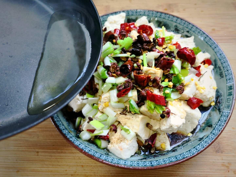 豆腐好吃的懒人做法,只需简单2步,又香又嫩,白口一盘不够吃