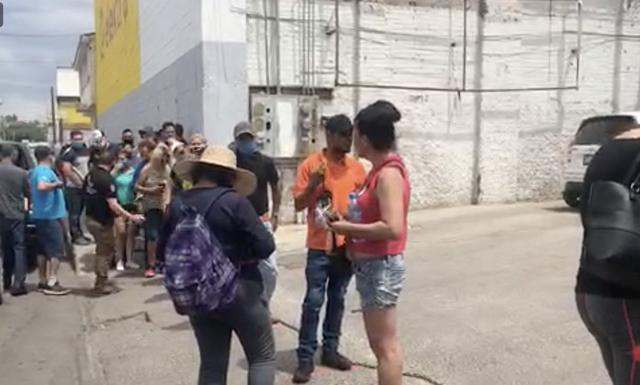 原创            墨西哥啤酒短缺,买酒的队伍排到高速路上,网友要用厕纸换酒喝