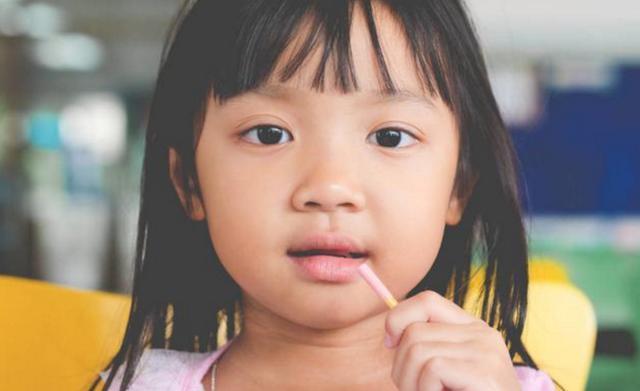 """从不被允许""""吃零食""""孩子,长大怎么样了?专家:躲不掉2种结局"""