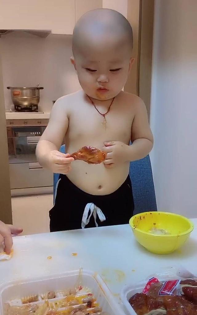 宝宝口味有点重,用鸡腿蘸辣酱吃,妈妈表示:天生的,随他爸