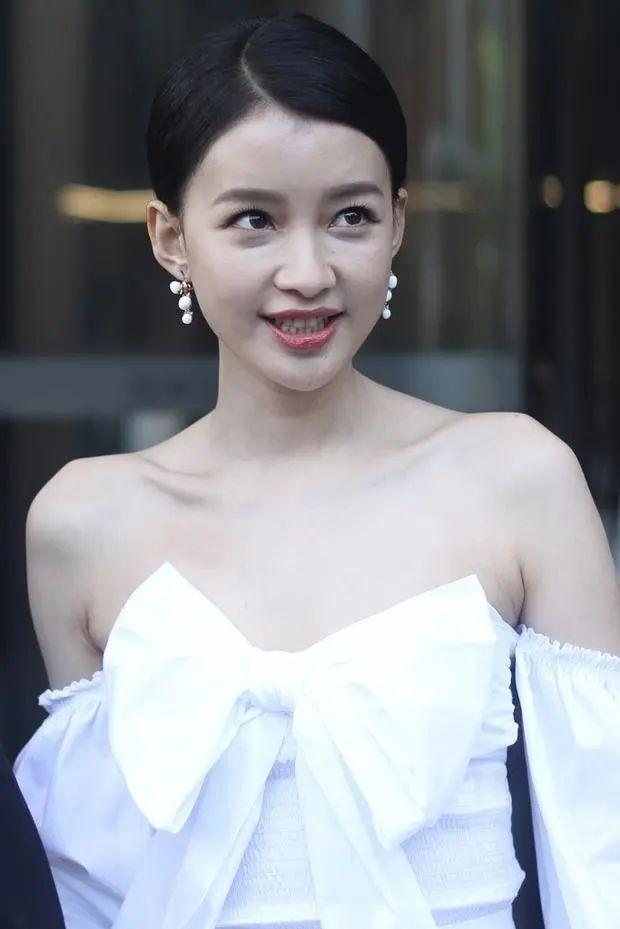 原创26岁孙怡穿短裤秀细长美腿,但是眼袋和泪沟,让她老了将近十岁