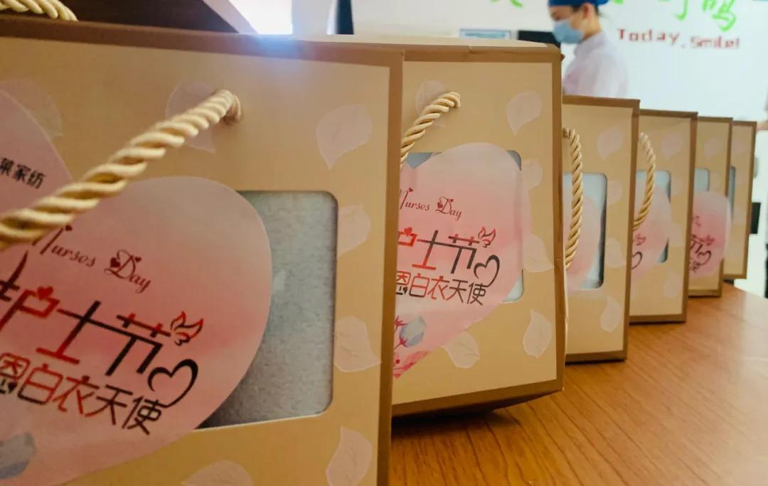 团委书记黄志刚以及青年志愿者们将精美的礼品送给最辛苦的医护人员,向他们表达最深切的节日祝福.图片