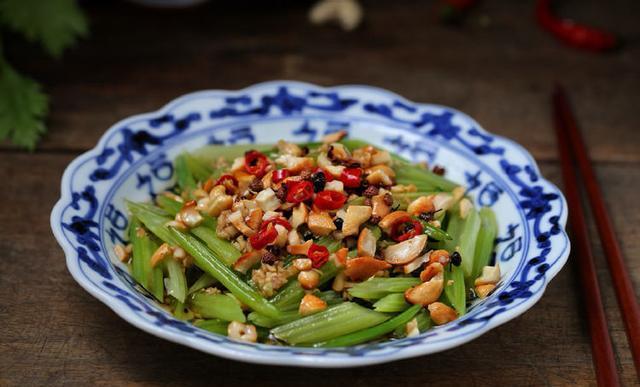 教你一道超好吃的轻食小凉菜,腰果炝芹菜,提神醒脑疏通肠道