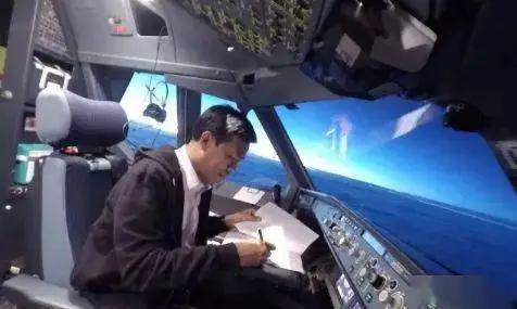 飞行员因疫情暂时失业改送外卖!