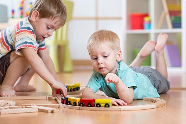 """不给玩具我就不跟你玩!孩子被迫分享玩具,别再回答""""不玩拉倒"""""""