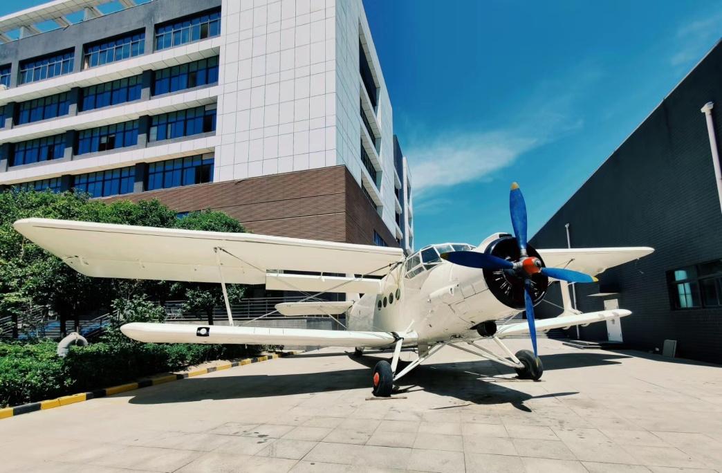 西安航空基地新增打卡地运五飞机为航空文化研学旅游增添新景致