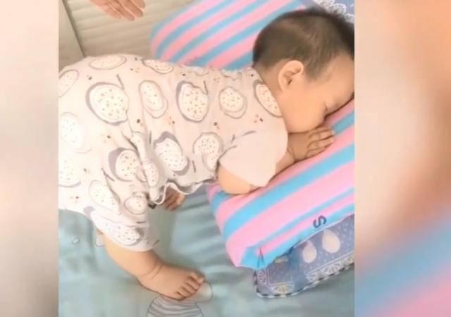 孩子奇葩睡姿大赏,画面实在太太太太妖娆,网友直呼:没眼看