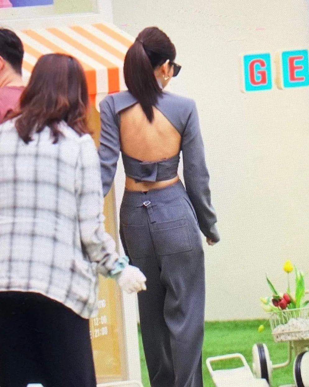 Jennie简直太辣了!穿交织西装大秀美背、小蛮腰,难怪火上热搜