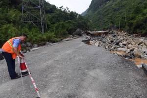 广西凌云特大灾害致8死多伤,交通中断车辆滞留,救援仍在进行中