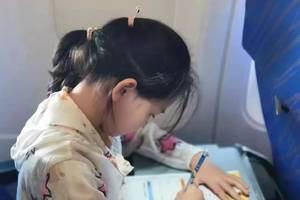 """""""飛機上所有孩子都在補作業"""",原諒我不厚道地笑了"""