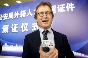 五问外国人永居条例:申请门槛是否降低?如何避免骗取绿卡?