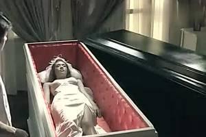我一直被困在这个墓地上等待有人发掘出我的遗体
