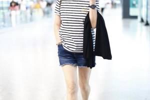 张凯丽终于不穿红西装,短发配皮衣+牛仔裤真减龄,身材依旧好惊艳