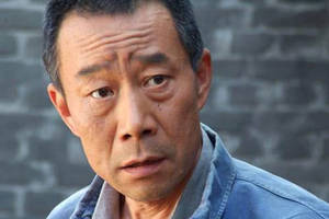 46岁的吴京满头白发略显邋遢!