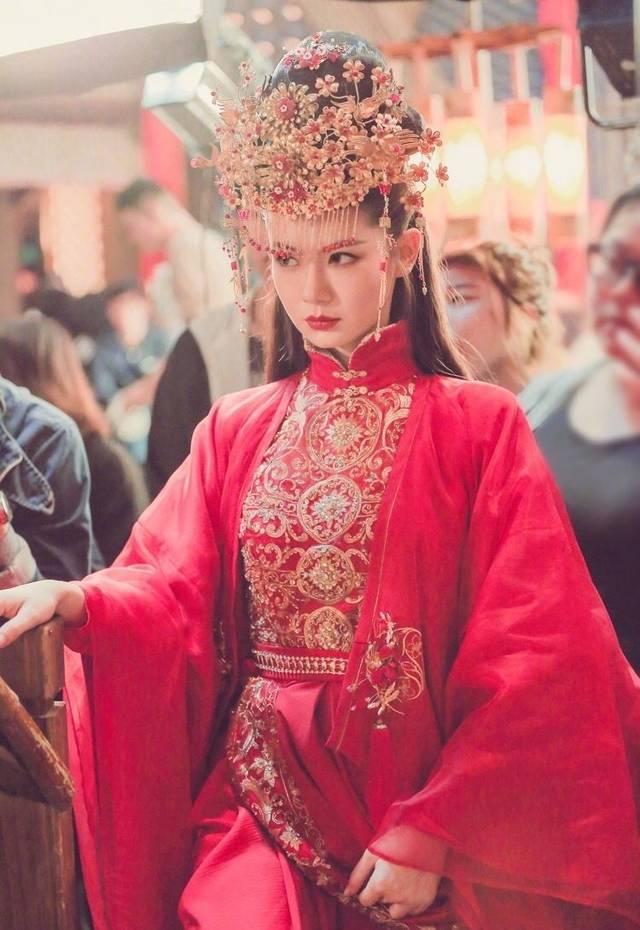 无刘海的扎古装剧发型,新娘子的造型虽然表情有些凶狠狠的,但是整体