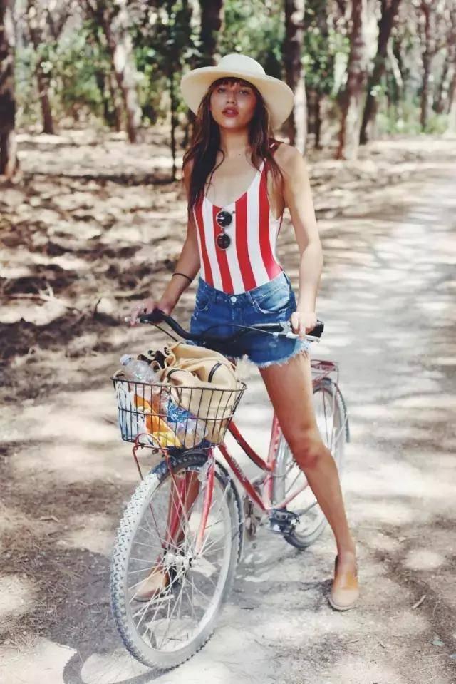 時尚博主natalie 把泳衣塞進牛仔短褲里,戴上一頂草帽就變身鄉村范兒圖片
